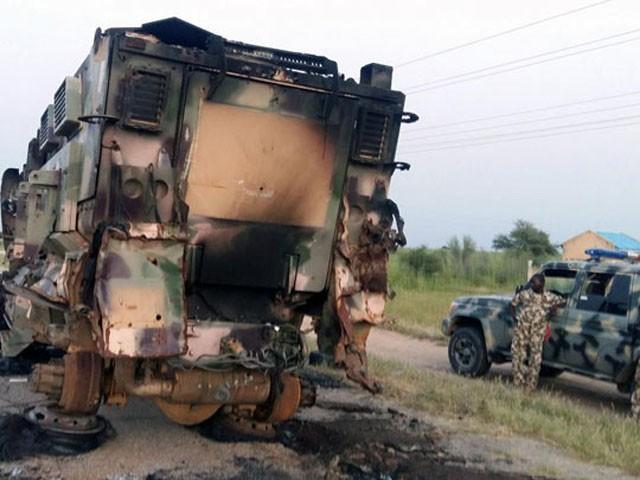 حملہ آوروں نے فوجی گاڑیوں کو نذر آتش کردیا، فوٹو : فائل