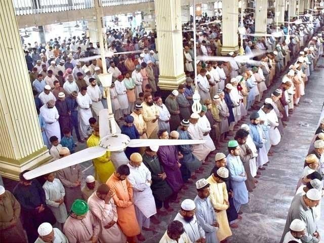 نماز عید میں لوگوں کی تعداد بڑھنے پر ایک ہی جگہ زائد بار نماز ادا کی جاسکے گی، صوبائی وزرا (فوٹو : فائل)