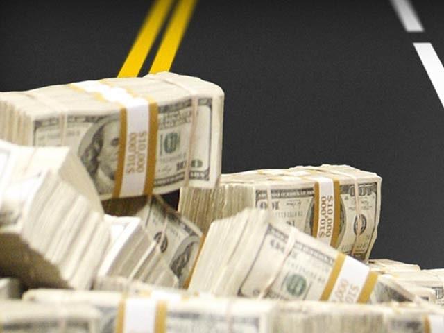 ورجینیا کے ایک خاندان کو سڑک پر دس لاکھ ڈالر کی رقم ملی جو اس نے پولیس کے حوالے کردی ہے۔ فوٹو: فائل