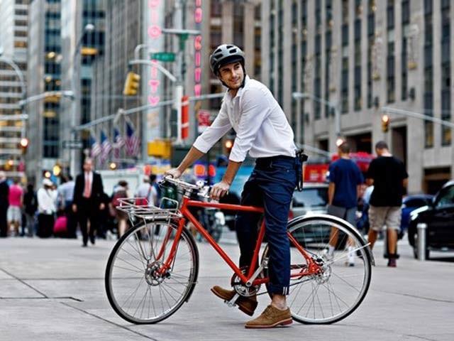 باقاعدہ سائیکل چلانے کی عادت کینسر، امراضِ قلب اور قبل ازوقت موت سے بچاتی ہے۔ فوٹو: فائل