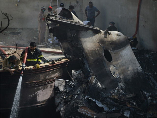 طیارہ حادثے کے بعد جائے حادثہ کی تصویر (فوٹو: اے ایف پی)