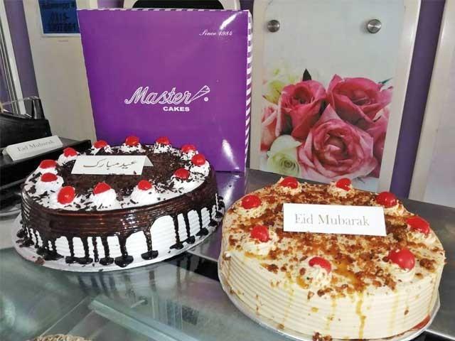 بیکری میں رکھے کیک کو عید کے حوالے سے سجایا گیا ہے   ۔ فوٹو : ایکسپریس