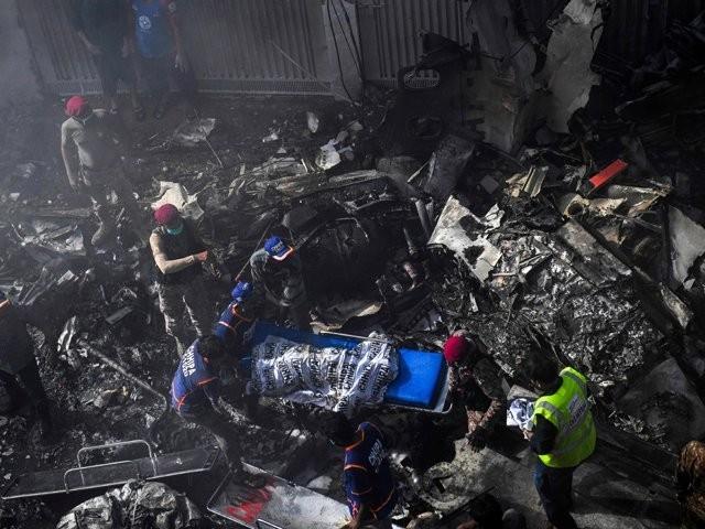 طیارہ حادثے میں جاں بحق مسافروں میں 2 نئی نویلی دلہنیں بھی شامل تھیں  ۔  فوٹو : ایکسپریس