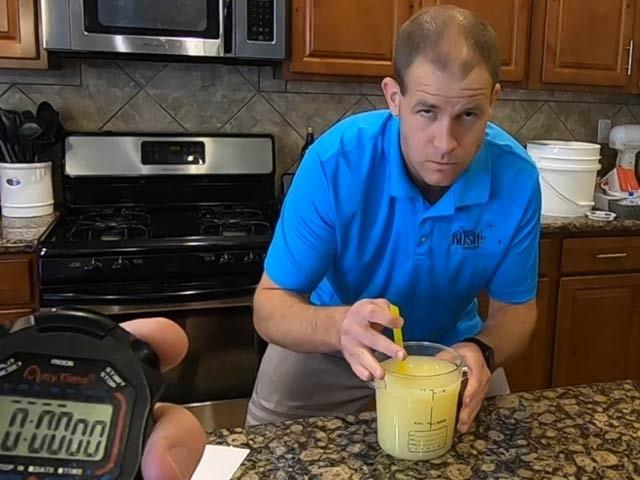 امریکی شہری لیموں کا خالص رس پینے کی تیاری کرتے ہوئے، یہ رس پینے کے بعد کئی دن تک ان کا معدہ متاثر رہا اور ان کا گلا بھی بیٹھ گیا (فوٹو : امریکی میڈیا)