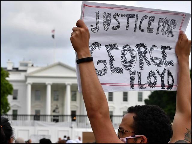 سیاہ فارم کے قتل پر وائٹ ہاؤس کے سامنے بھی احتجاجی مظاہرہ کیا گیا۔ (فوٹو: فائل)