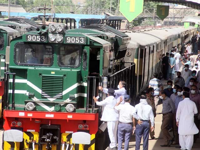 ملک بھر میں 30 ٹرینیں بھی غیر معینہ مدت تک چلنے کا نوٹی فکیشن جاری فوٹو: فائل