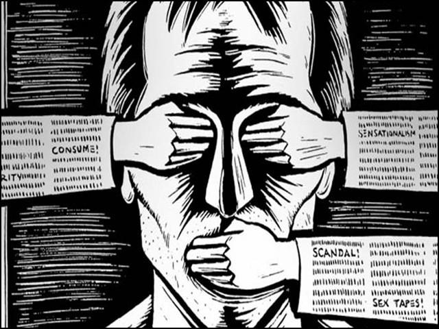 دورِ حاضر کے اکثر صحافی، اخلاقیات اور اپنے فرائض سے نابلد دکھائی دیتے ہیں۔ (فوٹو: انٹرنیٹ)