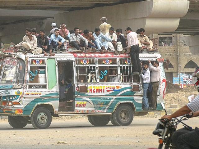 گاڑیوں میں اضافی مسافر نہیں بٹھائے جائیں گے، وزیرٹرانسپورٹ۔ فوٹو : فائل