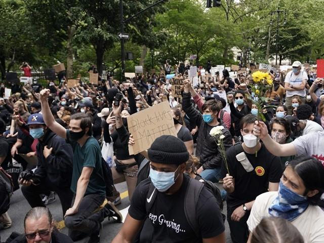 جارج فلائیڈ کے قتل کے خلاف مظاہرے عالمی سطح پر نسلی منافرت کے خلاف احتجاج میں تبدیل ہورہے ہیں۔ فوٹو، اے ایف پی۔