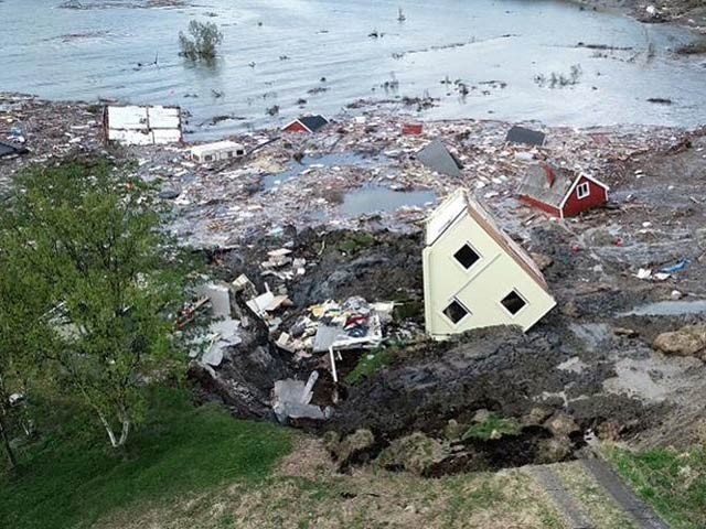 ناروے کے شہر ایلٹا کے کنارے 800 میٹر اراضی کا ٹکڑا چند لمحوں میں سمندر کا حصہ بن گیا اور عمارات غرق ہوگئیں۔