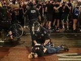 مختلف شہروں میں پولیس اور مظاہرین کے درمیان جھڑپیں ہوئیں، غیر ملکی خبر رساں ادارہ۔ فوٹو، اے پی