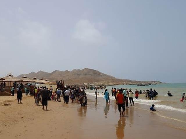 ماڑی پور پولیس تفریح کیلیے ساحل جانے والے شہریوں کو نذرانے وصول کرکے مبارک ولیج کی جانب چھوڑ رہی ہے، ماہی گیر ۔ فوٹو : فائل
