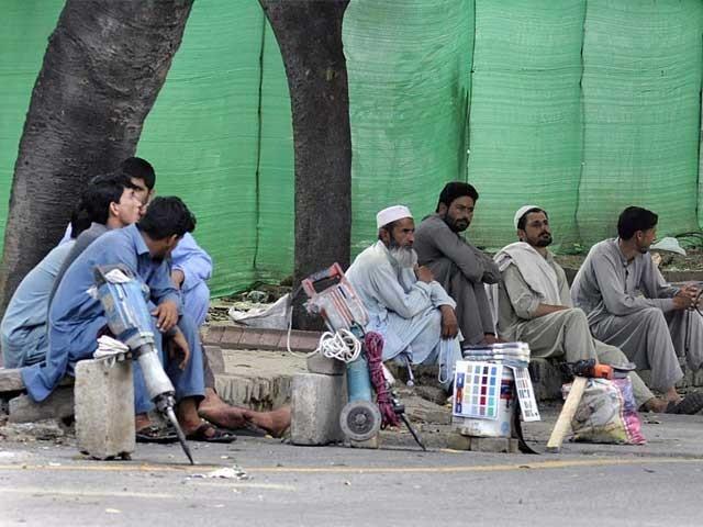 بیرون ملک کام کرنے والے مزدوروں کی ترسیلات میں 2 ارب ڈالرز کی کمی ہو گی، وزارت خزانہ فوٹو: فائل
