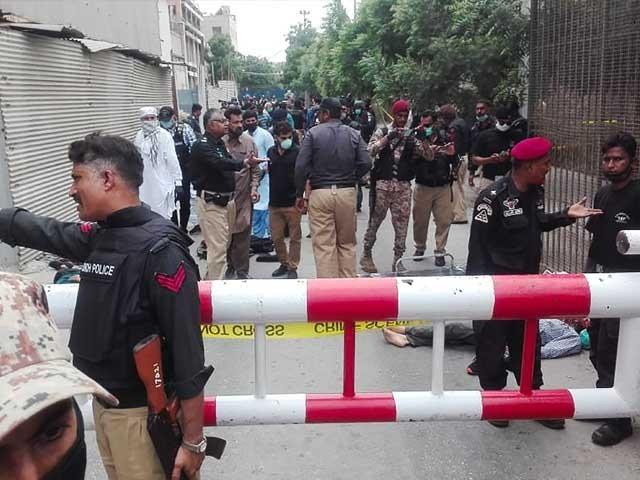 4 دہشت گرد سفید رنگ کی ایک کار میں پاکستان اسٹاک ایکسچینج کے احاطے میں داخل ہوئے، فوٹو: اے ایف پی