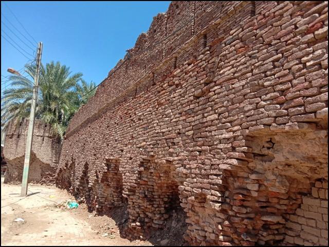 موجودہ آخری قلعہ تلمبہ شکست و ریخت کا شکار ہے، قلعہ کے جانب شمال و مشرق نصف سے زائد فصیل منہدم ہوچکی ہے۔ (تصاویر بشکریہ بلاگر)