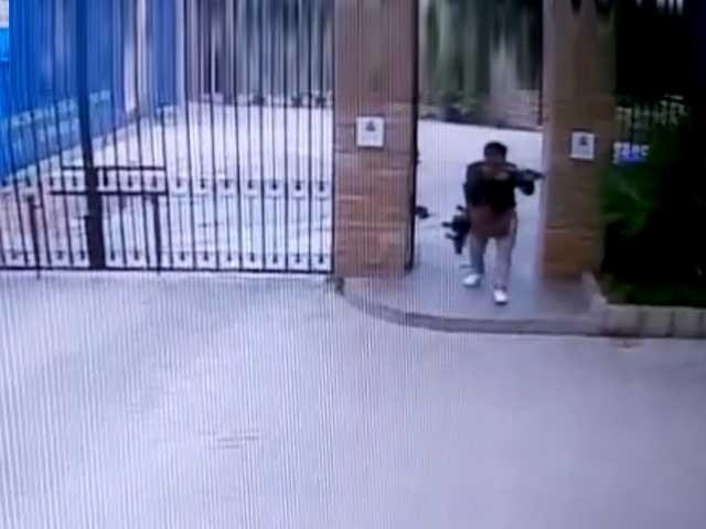 ویڈیو میں دیکھا جاسکتا ہے کہ گاڑی سے اترتے ہی دہشت گردوں نے فائرنگ شروع کردی۔ فوٹو:اسکرین شارٹ