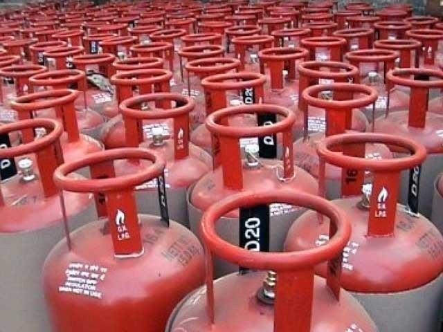 اوگرا نے ایل پی جی کی قیمت میں 4 روپے کا اضافہ کر دیا ۔ فوٹو : فائل