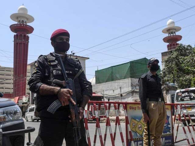 سندھ پولیس کے 13 اہلکار کورونا سے متاثر ہو کر شہید ہوچکے ہیں فوٹو: فائل