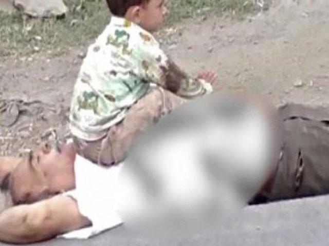 کم سن بچہ اپنے نانا کی لاش پر بیٹھ کر زار و قطار روتا رہا اور انہیں جگانے کی کوشش کرتا رہا، فوٹو : ویڈیو گریب
