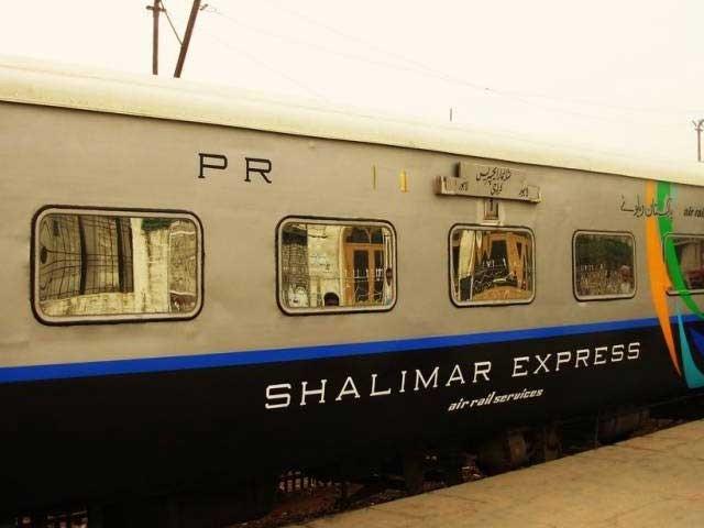 ریلوے نیٹ ورک پر چلنے والی تمام ٹرینیں اس وقت مالی خسارے میں چل رہی ہیں فوٹو: فائل