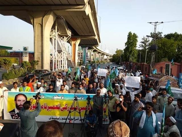 مظاہرین نے ہاتھوں میں پلے کارڈز اٹھا رکھے تھے جن پر اسلام آباد میں مندر کی تعمیر کے خلاف نعرے درج تھے۔