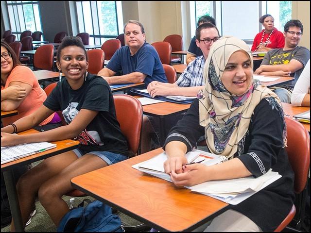 اس وقت امریکا 15 لاکھ غیر ملکی طالب علم ہیں جن کی اکثریت وہاں کی یونیورسٹیوں میں مہنگی فیسیں ادا کرکے پڑھ رہی ہے۔ (فوٹو: انٹرنیٹ)