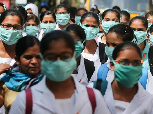 بھارت میں کورونا وائرس سے ہلاکتوں میں بھی اضافہ ہوا ہے، فوٹو : فائل