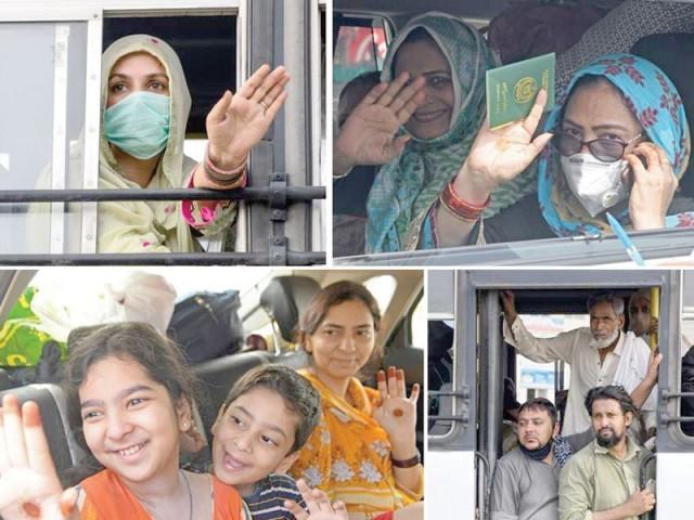 کورونا کے باعث پاکستانی بھارت کے مختلف شہروں میں پھنسے تھے جو اب واپس آئے۔ فوٹو: فائل