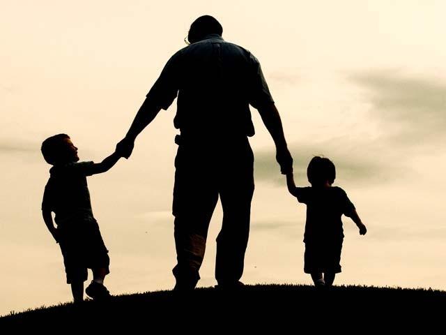 اسلام میں والد کی ناراضی کو اﷲ تعالیٰ کیناراضی اور والد کی خوش نُودی کو ربّ تعالیٰکی خوش نُودی سے تعبیر کیا گیا ہے۔ فوٹو؛ فائل
