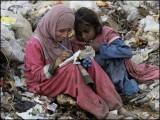 ہر صاحب استطاعت اپنے اردگرد معاشرے پر نظر دوڑائے اور ایسے غریب و لاوارث بچوں کی کفالت کی ذمے داری اٹھائے۔ (فوٹو: انٹرنیٹ)