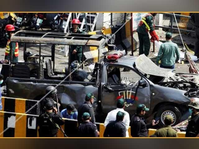 8 مئی 2019ء کو داتا دربار کے باہر ایلیٹ فورس کی گاڑی کے قریب خودکش حملہ کیا گیا تھا (فوٹو: فائل)