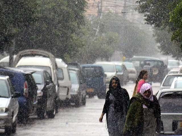 تیزہواؤں اوربارش سے گرمی کا زورٹوٹ گیا،آج بھی ملک میں مزید بارش کا امکان۔ فوٹو : فائل