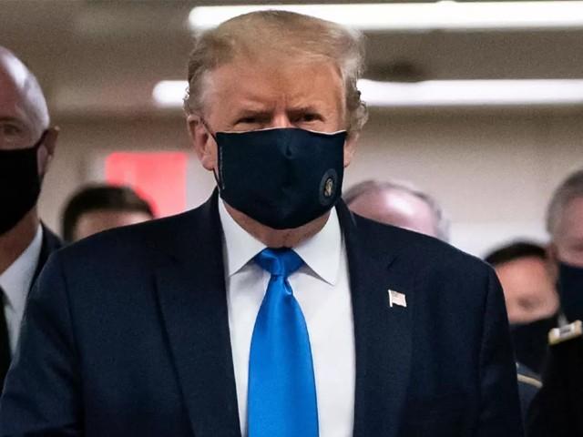 امریکی صدر نے کورونا وائرس کی وبا پھیلنے کے بعد پہلی بار عوام میں ماسک پہنا ہے۔