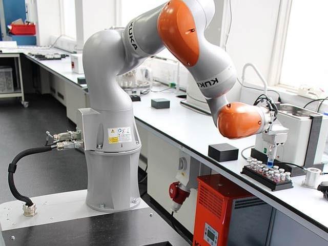 یونیورسٹی آف لیورپول کے ماہرین نے روبوٹ کیمیاداں تیار کیا ہے جو ایک ہفتے میں سینکڑوں تجربات انجام دے سکتا ہے۔ فوٹو: فائل
