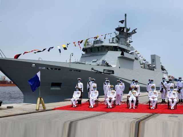 پی این ایس یرموک جدید سینسرز اور ہتھیاروں پر مبنی سیلف پروٹیکشن اور ٹرمینل ڈیفنس سسٹم سے لیس جدید ترین جنگی جہاز ہے۔ فوٹو:ایکسپریس