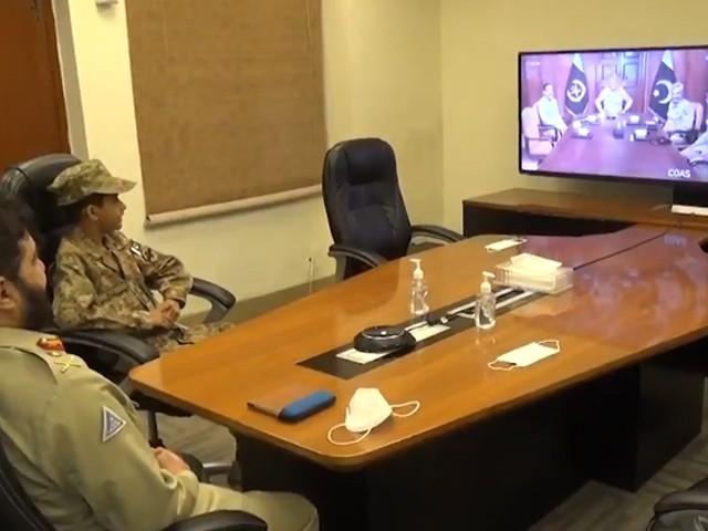 جنرل قمر جاوید باجوہ کی جانب سے علی رضا کو الضرار ٹینک کا ماڈل بھی پیش کیا گیا۔ فوٹو، اسکرین شاٹ