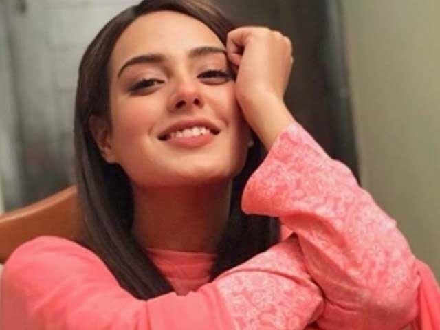 اداکارہ نے انسٹاگرام پرایک پوسٹ شیئرکی جس میں وہ اپنے گھر کی ایک دیوارپررنگ کررہی ہیں۔