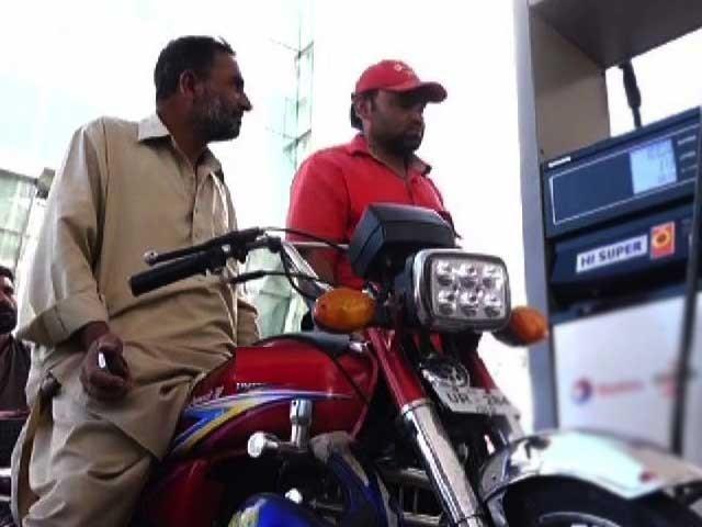 خطے میں پاکستان میں تیل کی قیمت اسوقت سب سے کم ہے ، عمر ایوب فوٹو: فائل