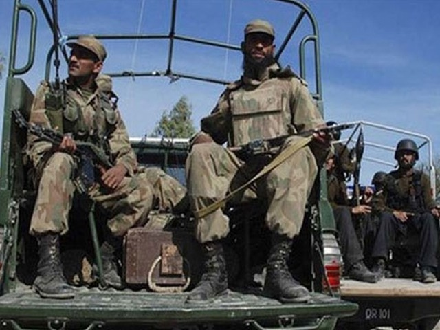 گرفتار ملزمان سیکورٹی فورسز پر حملوں ،قتل اقدام قتل، ڈکیتی سمیت مختلف وارداتوں میں ملوث ہیں، لویز رسالدار۔ فوٹو: فائل