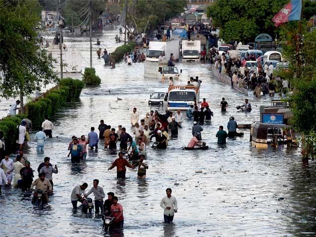 کراچی میں شدید بارش کے بعد ایک سڑک کا منظر (فوٹو : فائل)