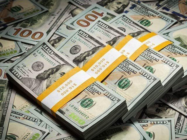 رقم موصول ہونے کے بعد انٹربینک مارکیٹ میں ڈالر کی قدر 49 پیسے کی کمی سے 166روپے 38پیسے کی سطح پر آگئی۔ فوٹو،فائل۔