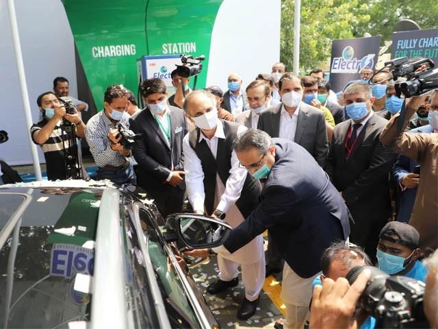 چارجنگ اسٹیشن کی افتتاحی تقریب، وفاقی وزیر عمر ایوب اور وزیر اعظم کے معاون خصوصی ندیم بابر کی شرکت (فوٹو : ایکسپریس)