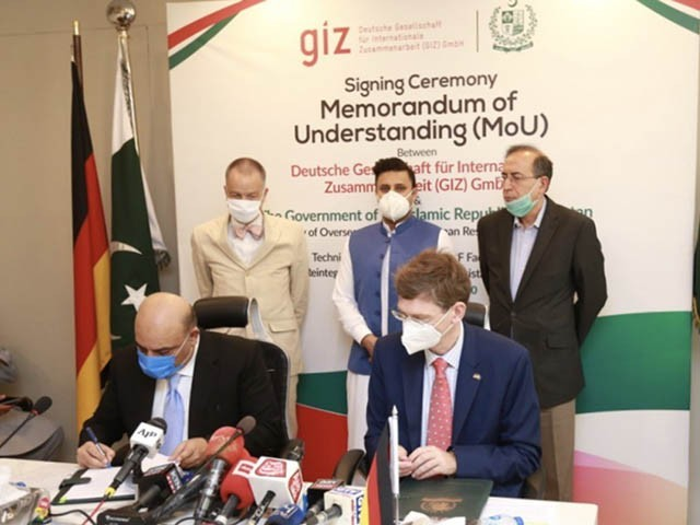 جرمن کمپنی اور وزارت اوورسیز پاکستانی کے درمیانی مفاہمتی یادداشت پر دستخط ہونے کا منظر (فوٹو : ٹویٹر)