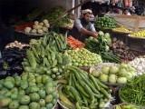 ٹماٹر 100 روپے سے 200 روپےجب کہ ادرک کی قیمت 200 روپے کلو سے 500 روپے فی کلو تک پہنچ گئی ۔ فوٹو : فائل