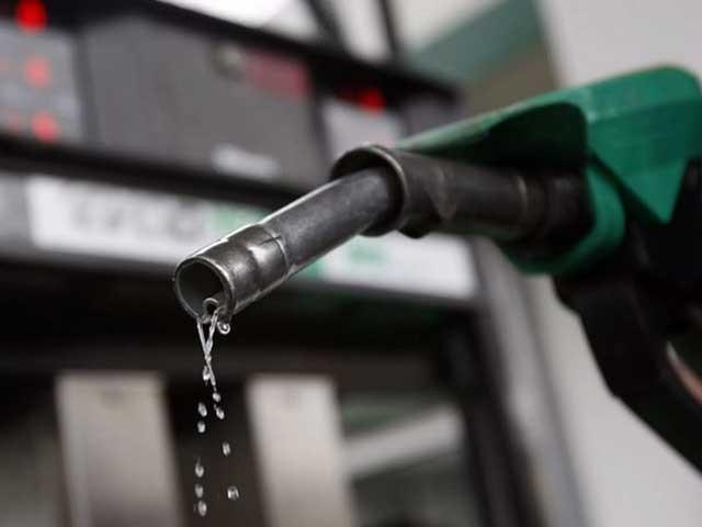 پٹرولیم مصنوعات کی قیمتوں میں ایک بار پھر چار سے پانچ روپے فی لیٹر تک اضافہ کردیا گیا۔ فوٹو : فائل