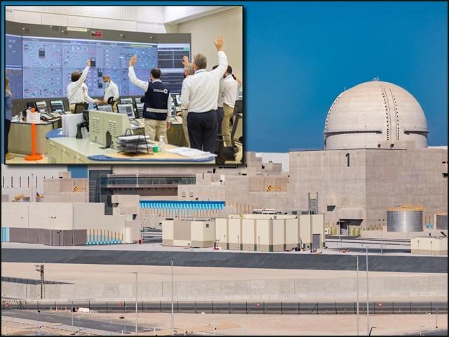 براکۃ ایٹمی بجلی گھر کا یونٹ نمبر 1، جبکہ اندرونی تصویر میں اٹامک پاور پلانٹ کا عملہ خوشی مناتے دکھایا گیا ہے۔ (تصاویر: حماد الکعبی ٹوئٹر اکاؤنٹ)