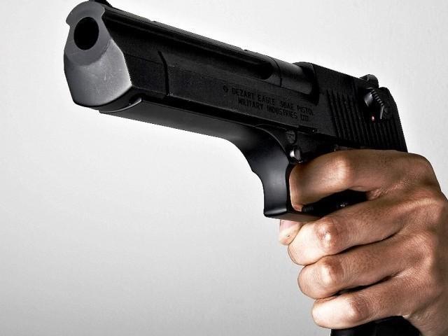 ملزم کو زخمی کرنے والے کانسٹیبل کو گرفتار کرکے مقدمہ درج کرلیا گیا ہے۔ فوٹو، فائل