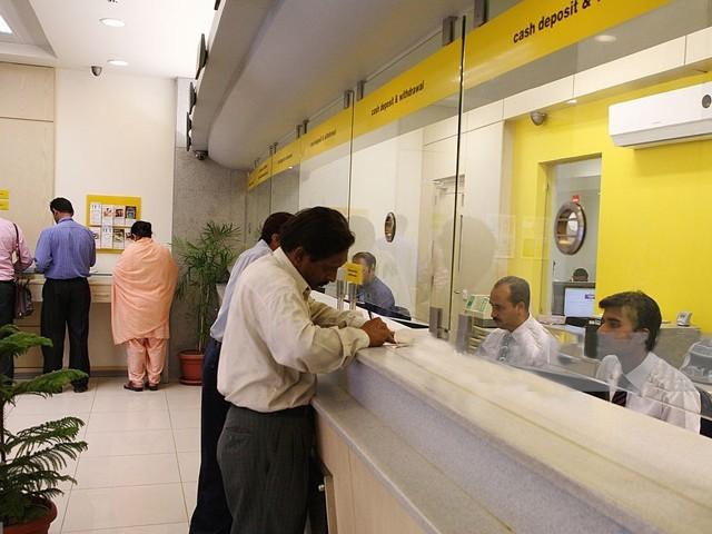 ملک میں کورونا وبا کے پیش نظر بینک کے اوقات محدود کردیئے گئے تھے فوٹو: فائل