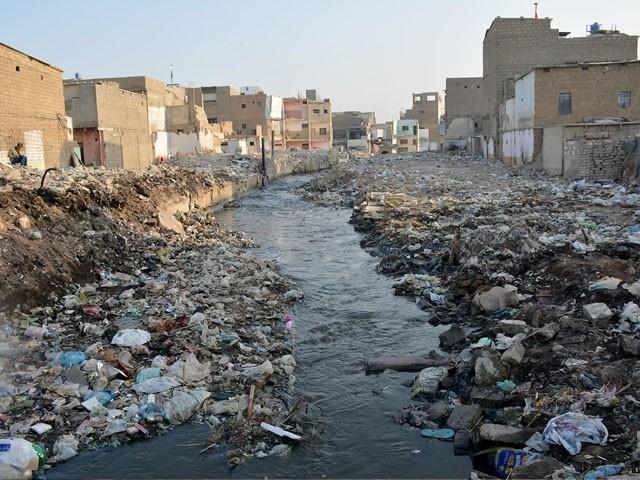 ایف ڈبلیو او کے 50 سے زائد ڈمپرز اور کرینیں نالوں سے کچرا نکالنے میں مصروف ہیں۔ فوٹو : فائل