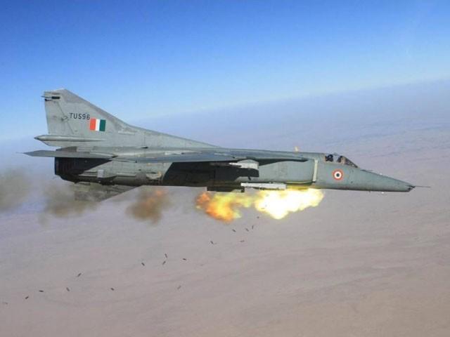یہ طیارہ بھارتی فضائیہ نے علی گڑھ مسلم یونیورسٹی کو تحفتاً دیا تھا، فوٹو : فائل